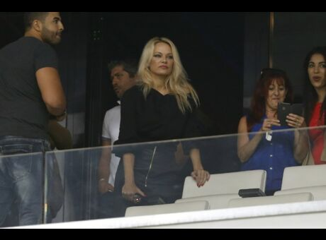 Amoureuse Pamela Anderson plaque tout pour Adil Rami!